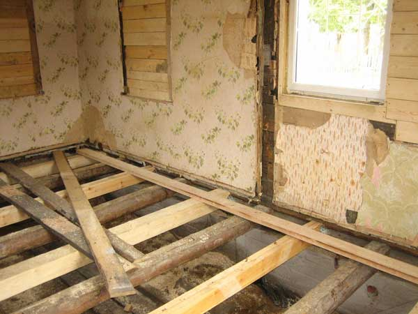 Следует распилить брус и аккуратно вытащить его. Опасности для дома нет, т.к. бревна за несколько лет надежно сцепились между собой. Заменяют старое бревно обязательно нужно на сухое. Влажное может дать усадку. Если схалтурить, то так и не далеко до следующего ремонта. Поэтому, древесину лучше просушить хорошенько в темном и проветриваемом месте еще загодя до ремонта. Между фундаментом и бревнами в 4 слоя проложите рубероид. Подгонка новых бревен – процесс не легкий. После этого хорошо законопатить и восстановить фундамент. Весь дом стоит обработать антисептиком.